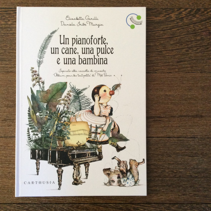 Un pianoforte, un cane, una pulce e una bambina
